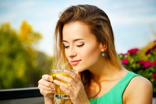 mujer con té