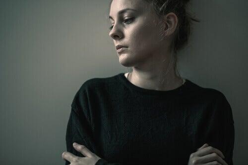 Mujer triste con vacío emocional