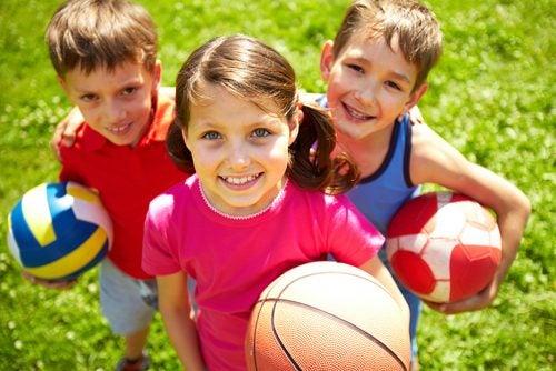 niños con balones