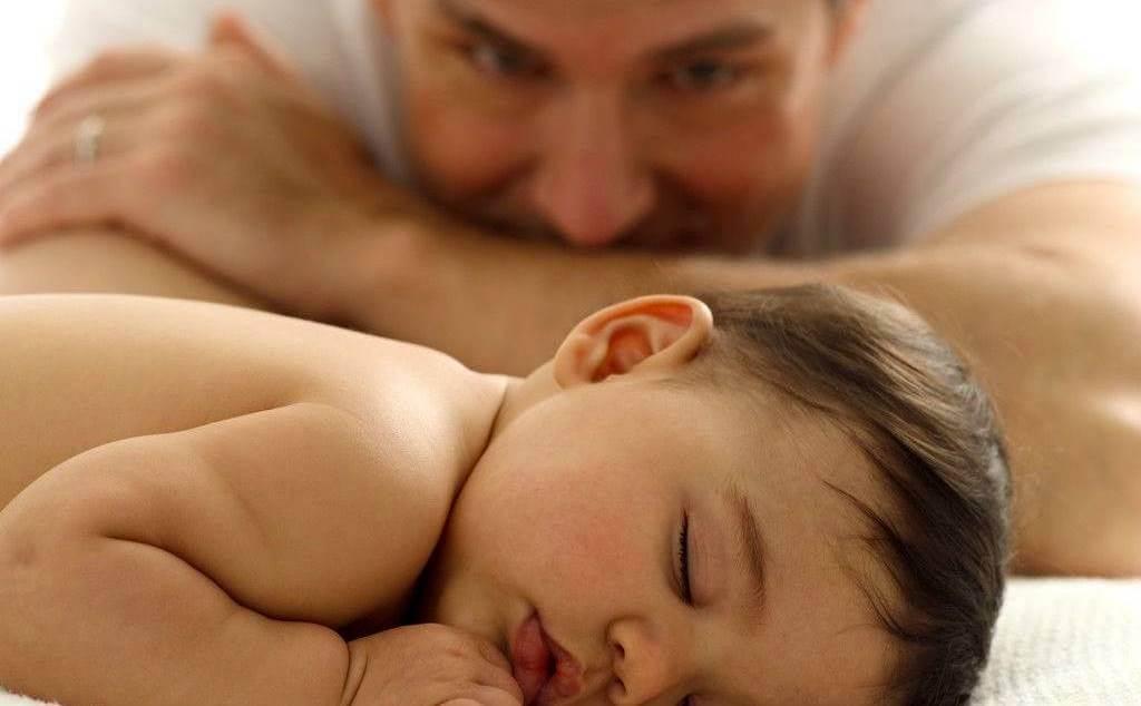 Padre mirando a su bebé