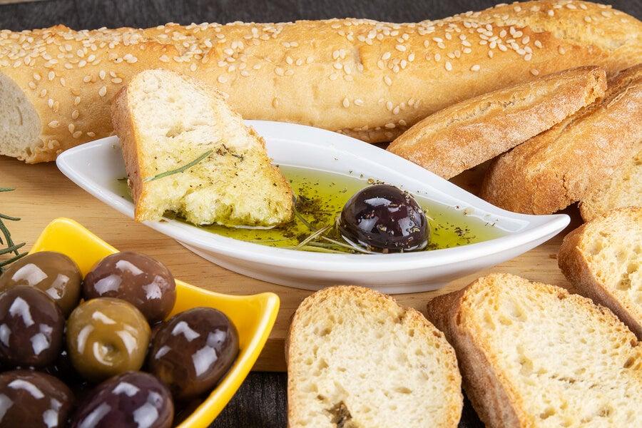 Pan con aceite de oliva y aceitunas.