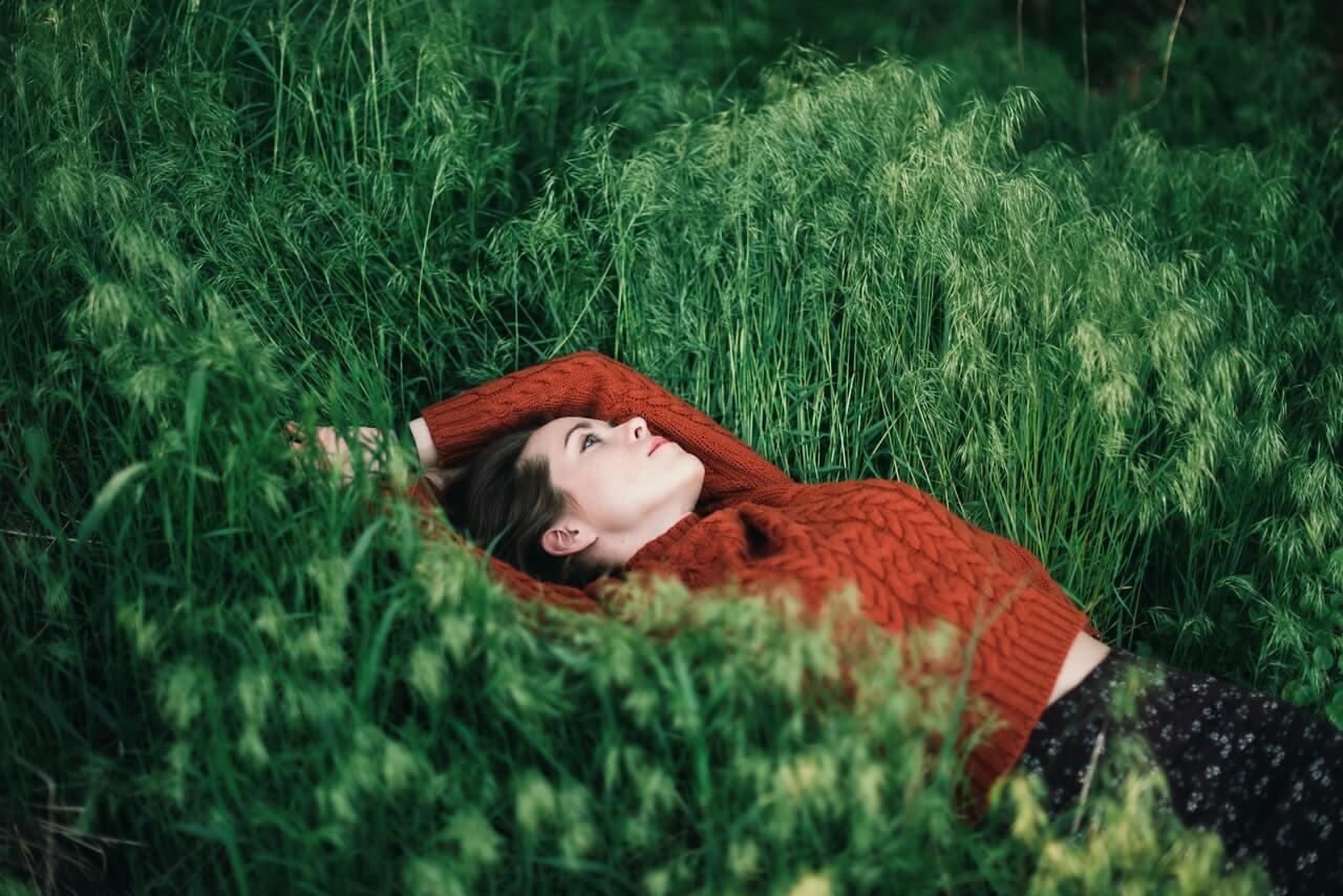 Persona sensible pensando en la hierba.