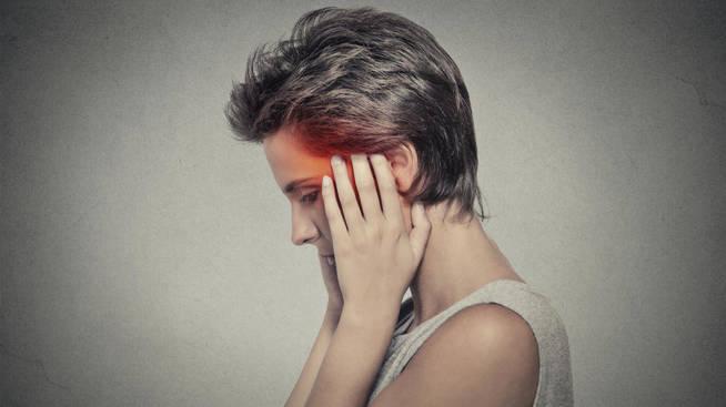 una-mujer-con-dolor-de-cabeza-istock