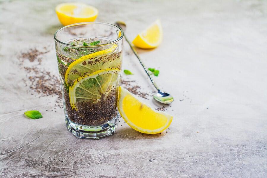 Vaso de jugo de limón con semillas de chía.