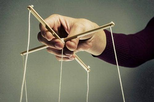 La manipulación va dirigida frecuentemente a hacer sentir culpable a los demás.