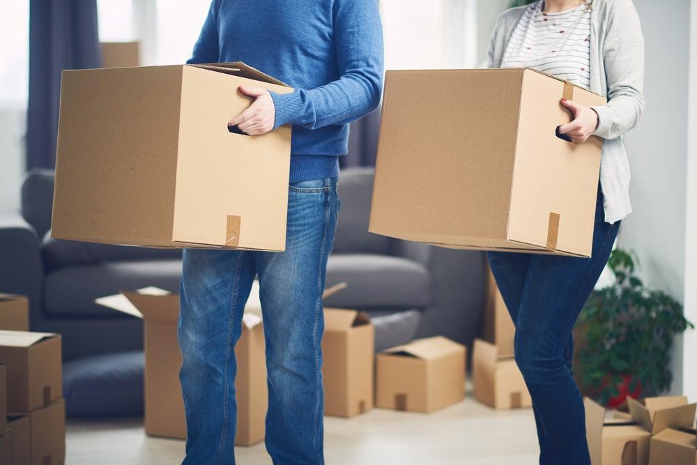 Hombre y mujer llevando cajas.