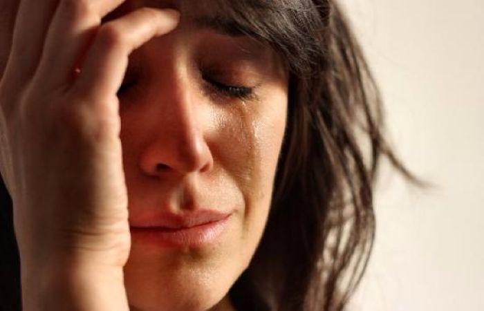 Mujer llorando y de mal humor como consecuencia de su falta de descanso