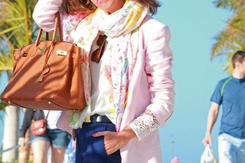 Elegir accesorios de diferentes colores al vestirnos
