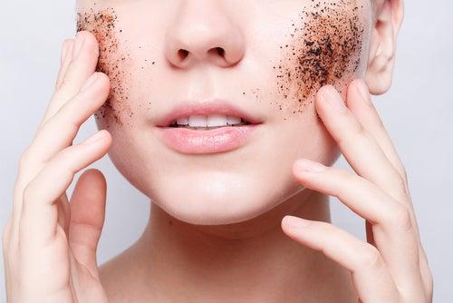 Mujer exfoliando la piel del rostro