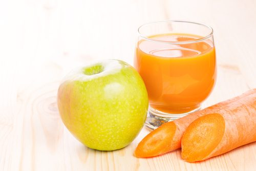 Jugos de manzana y zanahoria