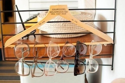 Using a hanger for your glasses to keep your house organized