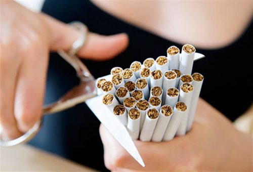 persona cortando cigarrillos