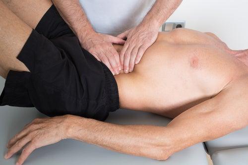 Masajes abdominales en los costados