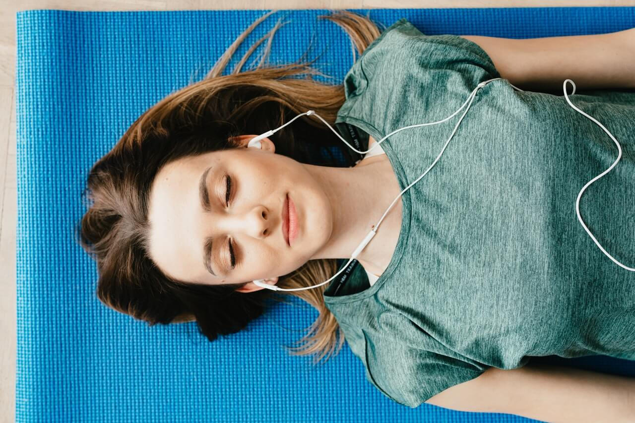 Escuchar música.