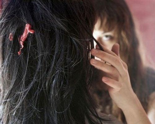 Chica con un chicle pegado en el cabello