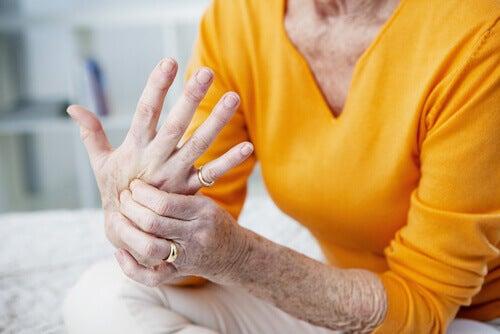 Mujer con dolor articular en la mano.