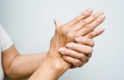 Mujer con dolor por artritis