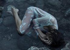 mujer-acostada-sintiéndose-marginada