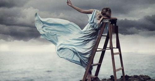 mujer-en-una-escalera