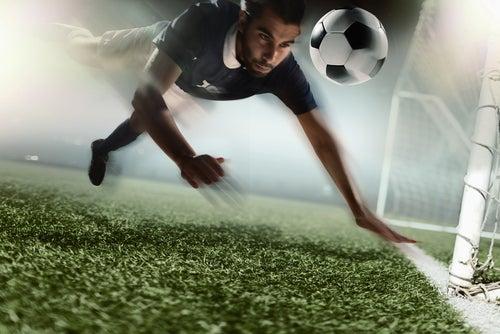 Jugar a la pelota con la cabeza puede provocar daños cerebrales