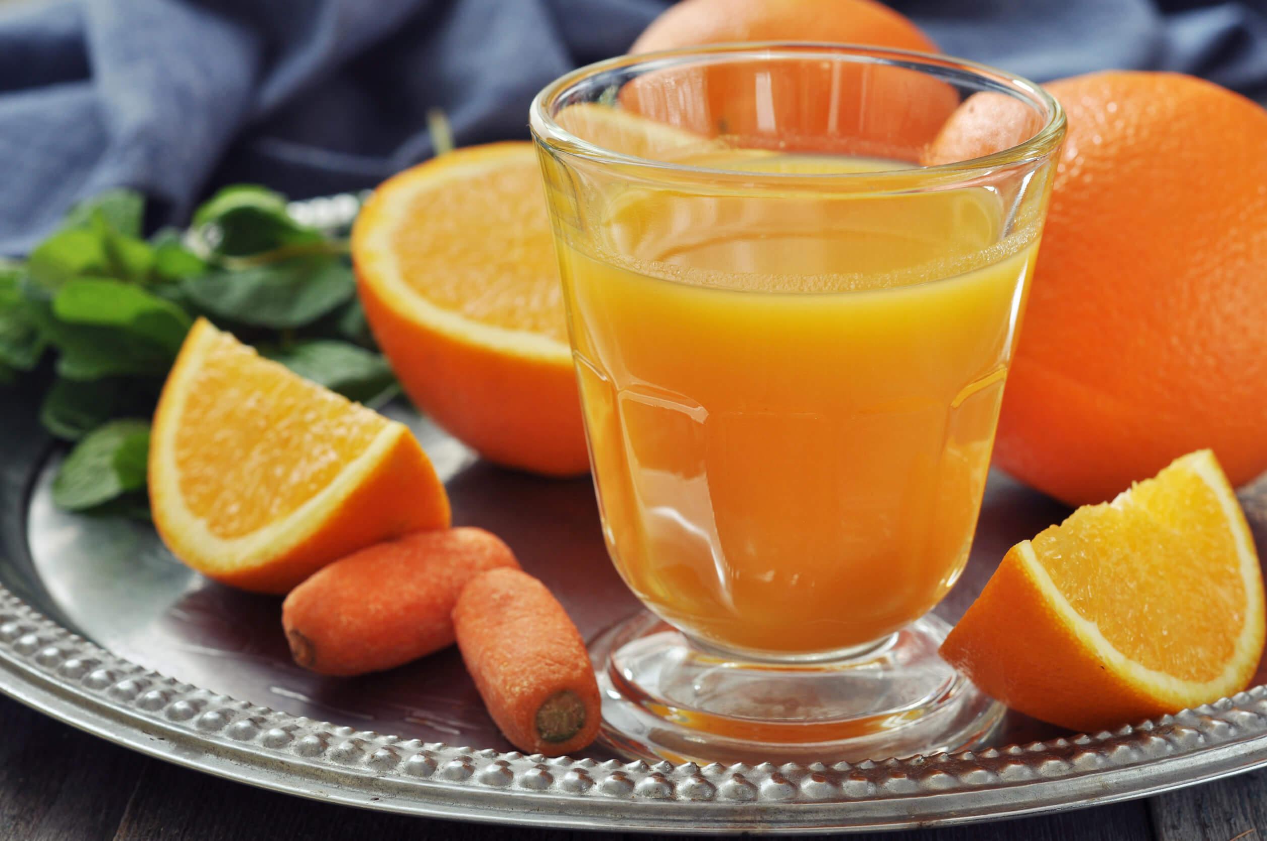 Jugo de naranja y zanahoria en tu desayuno