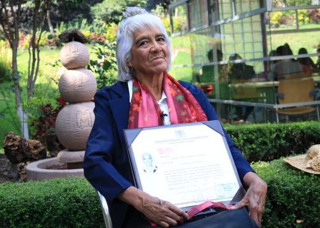 María Dolores Ballesteros, la mexicana de 80 años que obtiene su tercer título universitario