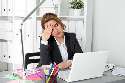 mujer cansada y con fatiga en la oficina