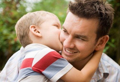 padre-e-hijo-beso-y-abrazo