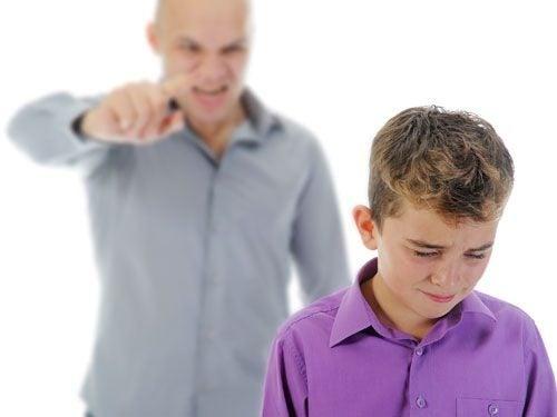 Padre gritando a un niño triste