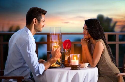 pareja cenando