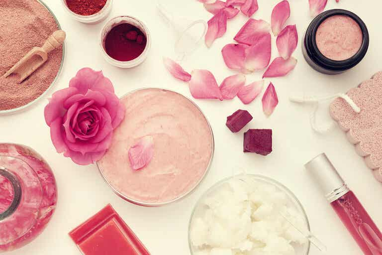 5 recetas con agua de rosas para embellecer tu rostro