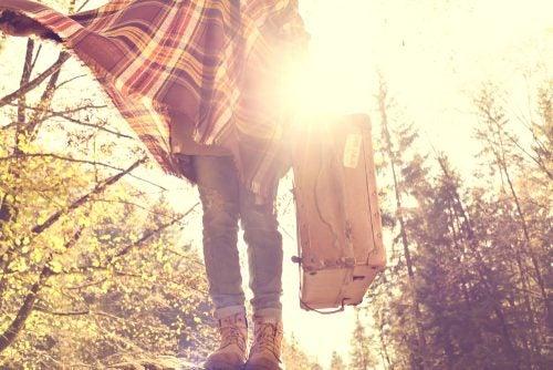 Mujer con una maleta en la mano.
