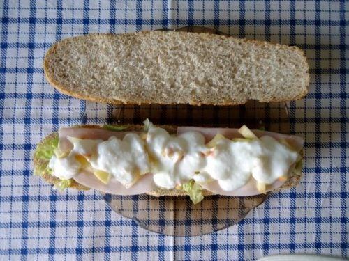 Tosta de pan con pavo, queso blanco y fruta
