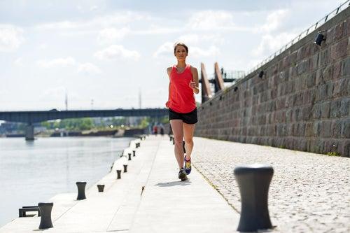 Mujer corriendo afuera