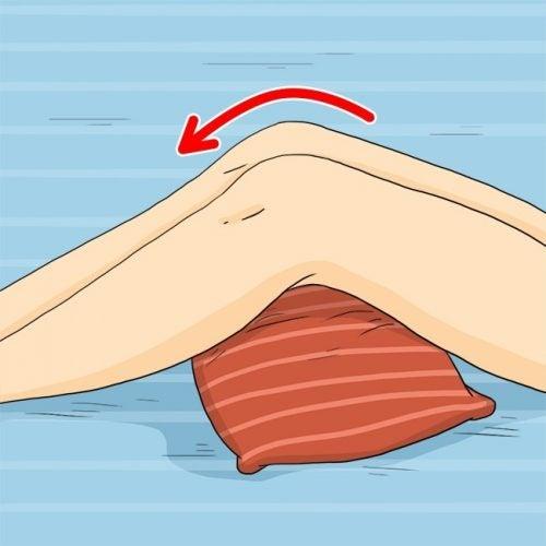 Pon una almohada debajo de tus rodillas