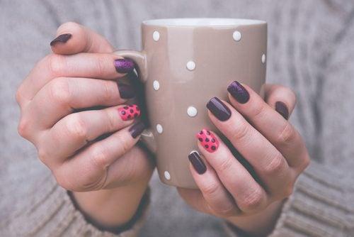 Qué necesito para decorar mis uñas en casa