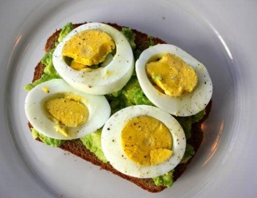 Tostadas con aguacate, batido y huevo duro como propuesta de uno de los mejores desayunos antigrasas
