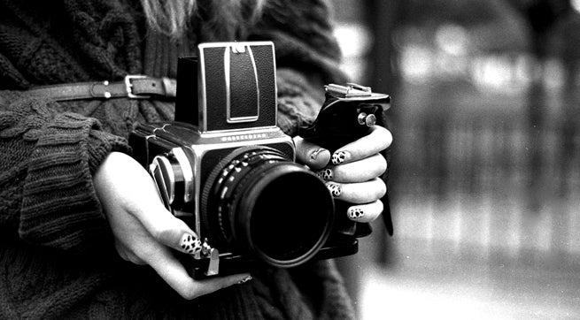 Chica con tomando fotografías
