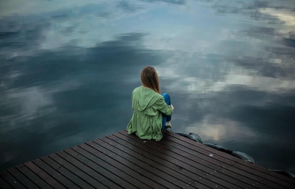Chica triste pensando.