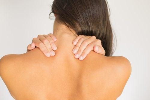 Ejercicios para aliviar el dolor cervical. 1. Rotación cervical. duelen las  cervicales 5a52e0ac6142