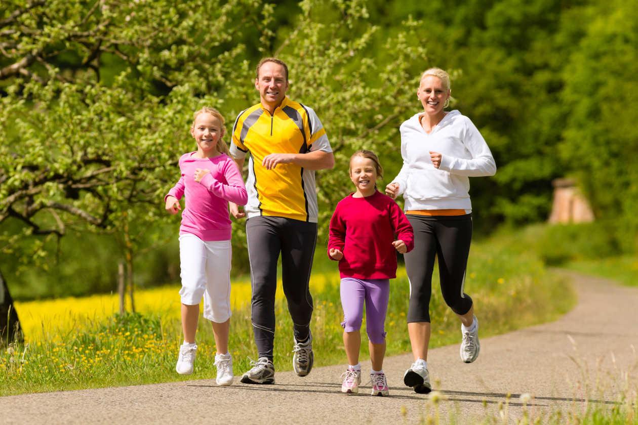 Familia corriendo por el parque, actividades para realizar en familia