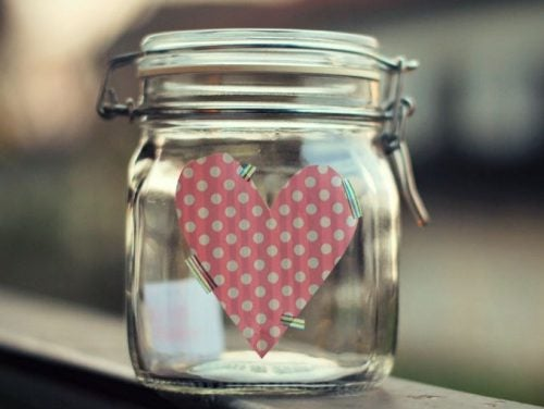 frasco con corazón simbolizando cuando uno ayuda a los demás