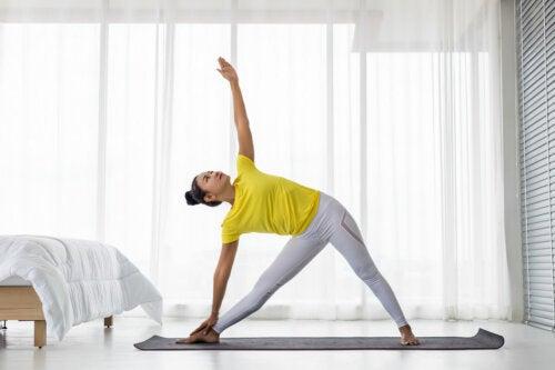 6 excepcionales poses de yoga para perder peso