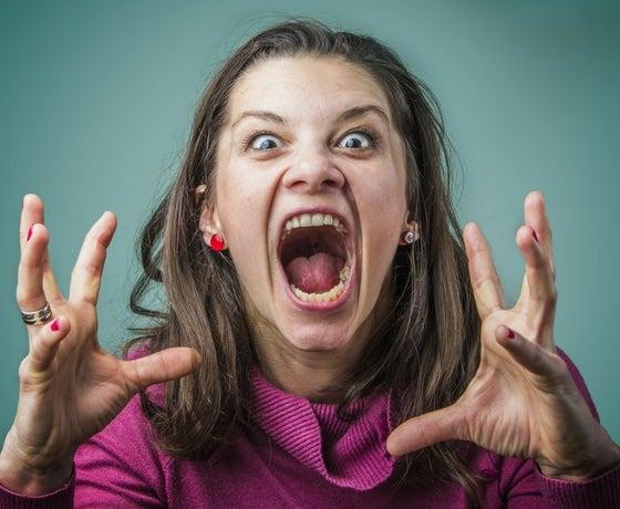 Mujer gritando con ira por un trastorno histriónico de la personalidad
