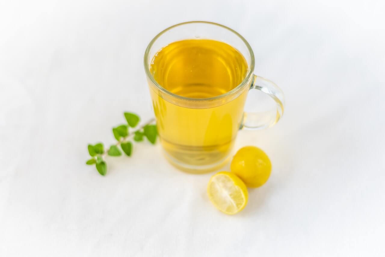 Alivia los cólicos menstruales y el dolor de cabeza con esta limonada de diente de león.