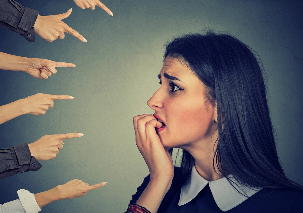 mulher preocupada com o que os outros pensam