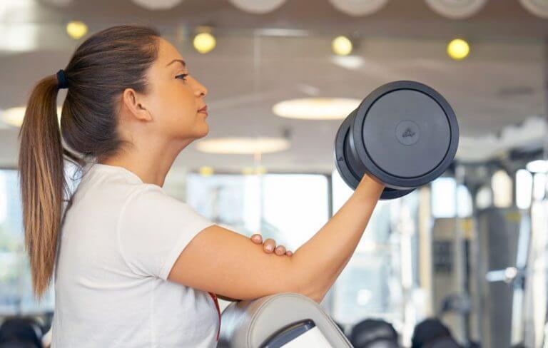 Mujer haciendo bíceps