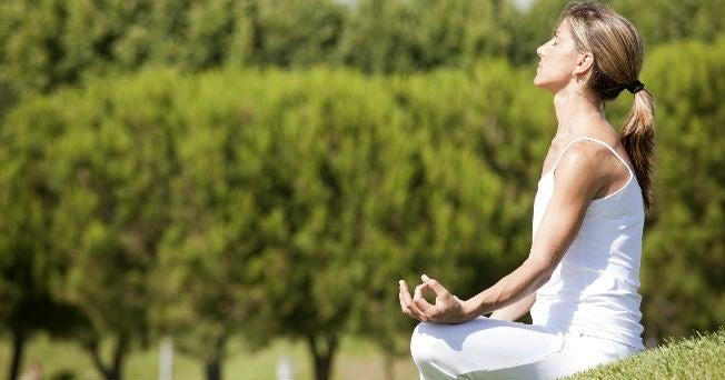 5 poses de yoga que te ayudarán a mejorar tu sistema digestivo