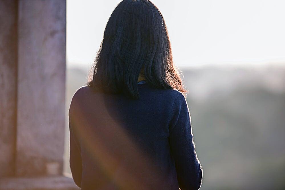 Mujer mirando horizonte