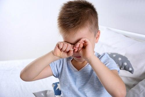niño con problemas de vista